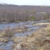 vegetationsarme und dünn besiedelte Landschaft ...