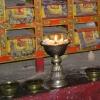 Regale mit buddhistischen Schriften