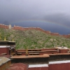 Regenbogen über der Klostermauer
