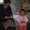 好像小藏族的孩子还不知道用鸡蛋应该做什么