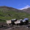 一条河,没有路,一些有一点问题的卡车;这样的情况在西藏经常可以发生