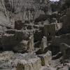 如果去近一点的话也可以清楚一点地看见什么是一般的沙岩,什么是人做的房子