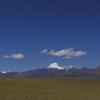 冈底斯山在这个地方时最最高的山,夏天的时候也是唯一的上面有雪的山