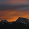 納木那尼峰在晚上的霞光