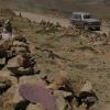 差不多每个人通过这个山口就造了一个石堆纪念碑