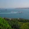 der Bosporus (mit Brücke im Hintergrund)